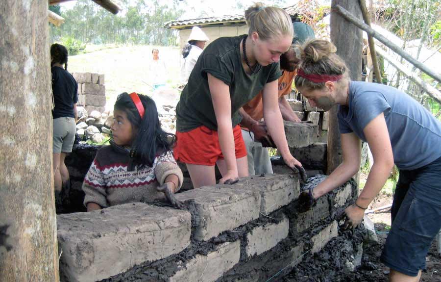 Construction d'un mur en équipe retraite pour adolescents