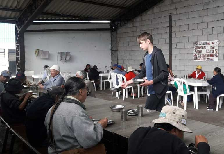 Jeune ado aide lors d'une retraite en Équateur