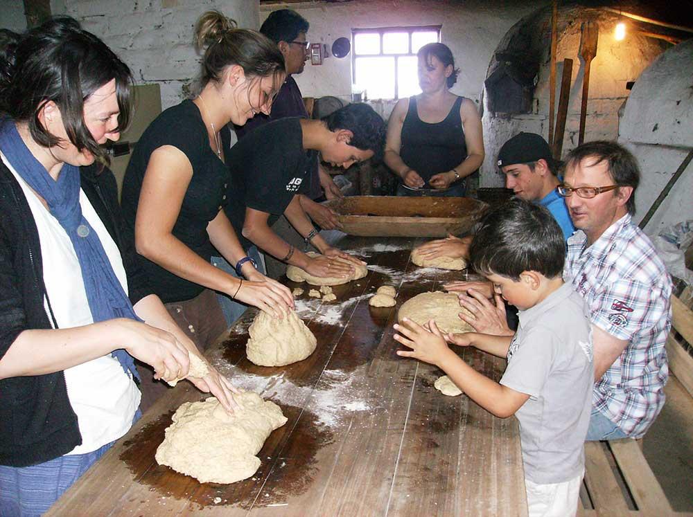 Préparation du pain avec les familles d'accueil